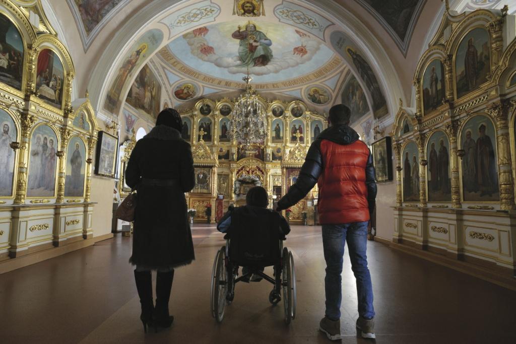 Помощь инвалидам в храме